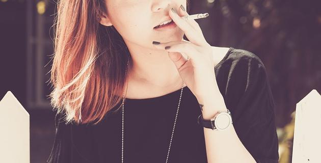 Ženski doktor pušenje